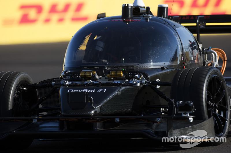 В Марракеше впервые в рамках уик-энда Формулы E проехал первые круги беспилотный автомобиль DevBot