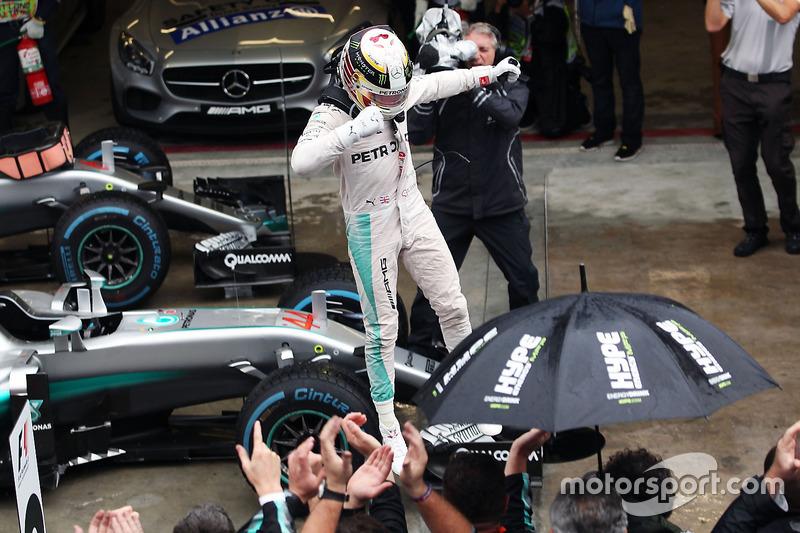 Победителем дождевого Гран При Бразилии стал Льюис Хэмилтон