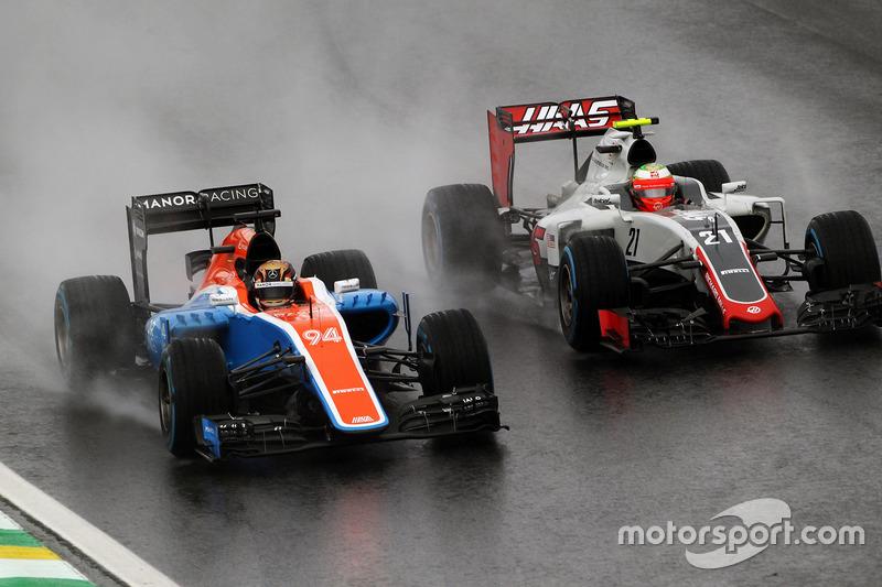 Pascal Wehrlein, Manor Racing MRT05 y Esteban Gutierrez, Haas F1 Team VF-16