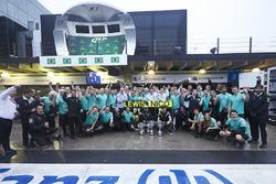 (Зліва направо): Переможець гонки Льюїс Хемілтон, Mercedes AMG F1 та друге місце товариша по команді Ніко Росберга, Mercedes AMG F1, святкування разом із командою