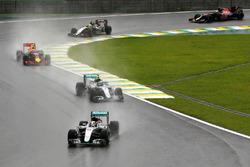 Льюис Хэмилтон, Mercedes AMG F1 W07 Hybrid, и Нико Росберг, Mercedes AMG F1 W07 Hybrid