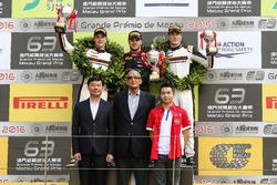 Podio: ganador de la carrera Laurens Vanthoor, Audi Sport Team WRT Audi R8 LMS; segundo lugar Earl Bamber, Manthey Racing Porsche 911 GT3-R; tercer lugar Kévin Estre, Manthey Racing Porsche 911 GT3-R
