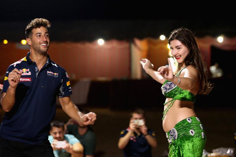 Daniel Ricciardo, Red Bull Racing baila en el escenario la danza del velo