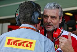 Maurizio Arrivabene, Team Principal Ferrari avec Mario Isola, Directeur de la course chez Pirelli