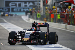 Daniil Kvyat, Scuderia Toro Rosso STR11 returns to the pits with a puncture