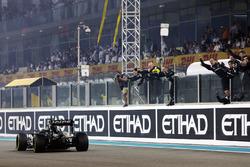 Nico Hulkenberg, Sahara Force India F1 VJM09 passe devant l'équipe à la fin de la course, qui rapporte la 4e place au championnat constructeurs