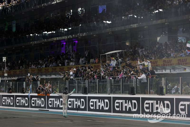 Nico Rosberg, Mercedes AMG F1 celebra su segunda posición y Campeonato del mundo al final de la carrera