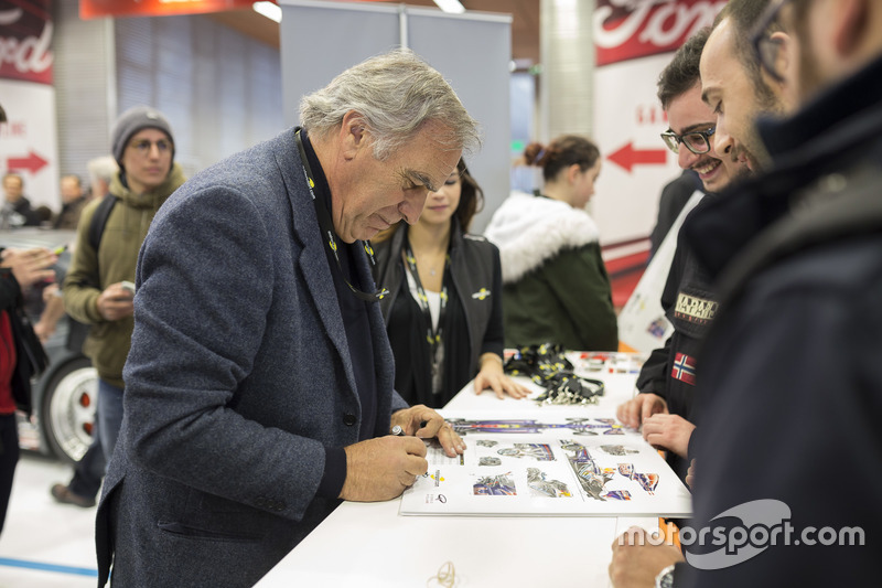 Giorgio Piola, esperto di analisi tecnica di F.1, firma autografi ai fan