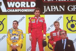 Podium : le vainqueur Gerhard Berger, Ferrari, le second Ayrton Senna, Team Lotus, le troisième Stefan Johansson, McLaren, avec Jean-Marie Balestre, président de la FIA