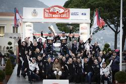 Los ganadores Sébastien Ogier, Julien Ingrassia, M-Sport y el tercero Ott Tänak, Martin Järveoja, M-Sport, junto al equipo