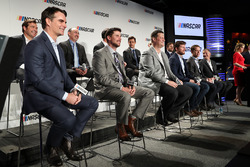 Ejecutivos y pilotos NASCAR se sientan en el escenario durante una conferencia de prensa que los cambios en el 2017 Monster Energy NASCAR Cup Series