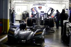 Механіки працюють з #70 Mazda Motorsports Mazda DPi: Джоел Міллер, Том Лонг, Джеймс Хінчкліфф