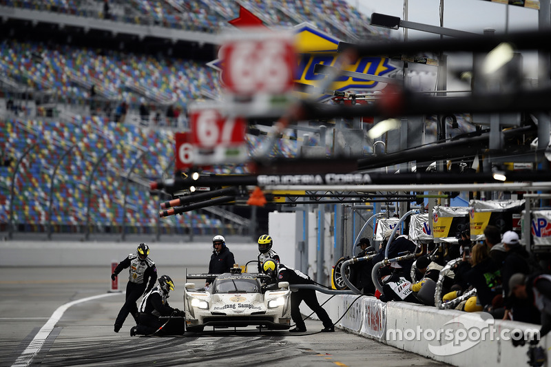 4. #5 Action Express Racing Cadillac DPi: Joao Barbosa, Christian Fittipaldi, Filipe Albuquerque, pit action