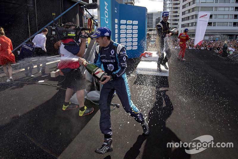 Podio: Champagne para Sébastien Buemi, Renault e.Dams