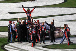 Kurt Busch, Stewart-Haas Racing Ford, celebrates his victory with his team