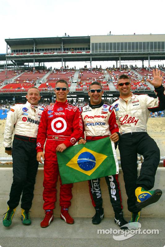 Ronaldo look: Cristiano da Matta, Bruno Junqueira, Tony Kanaan e Christian Fittipaldi comemorando o penta do Brasil