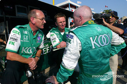 Paul Tracy discusses with engineers