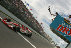 Michel Jourdain Jr cruza la línea de meta como ganador de la cita de Montreal en 2003