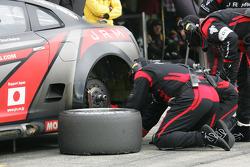 Pit stop for #22 JR Motorsport Nissan GT-R: Peter Dumbreck, Richard Westbrook