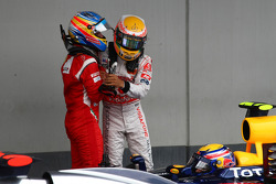 Ganador de la carrera Lewis Hamilton, McLaren Mercedes celebra con Fernando Alonso, Scuderia Ferrari