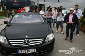 Ecclestones arrives at the Hungaroring