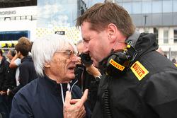 Bernie Ecclestone con Paul Hembery de Pirelli