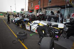 La Lola B09/86 Mazda de Humaid Al Masaood et Steven Kane prend la tête dans les stands grâce aux soucis de la Lola B09/86 de Chris Dyson et Guy Smith