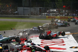 Turn 1 crash caused by Vitantonio Liuzzi, HRT F1 Team, HRT