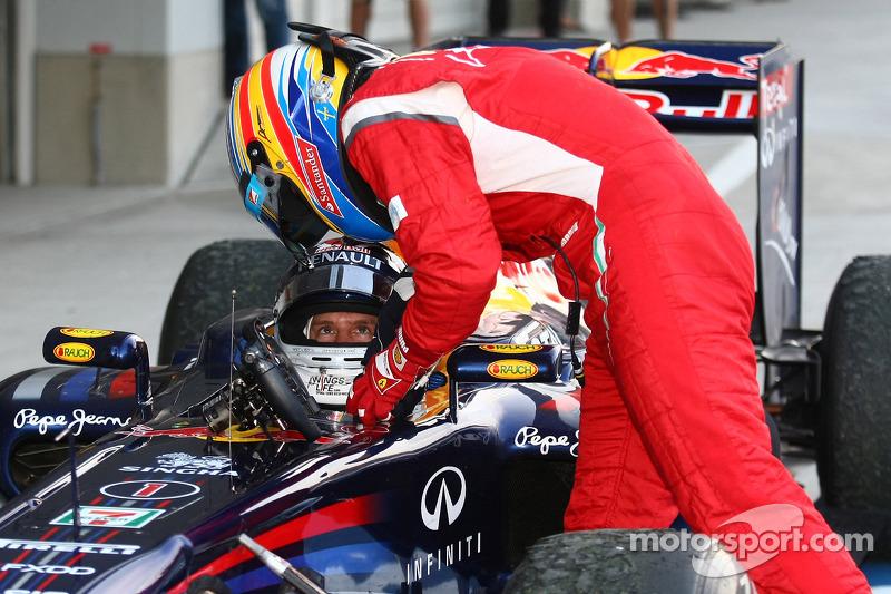 Sebastian Vettel, Red Bull Racing, campeón del mundo de F1 2011, es felicitado por Fernando Alonso