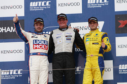 Michel Nykjer, SUNRED SR Leon 1.6T, SUNRED Engineering 1st position, Kristian Poulsen, BMW 320 TC, Liqui Moly Team Engstler 2nd position and Colin Turkington, BMW 320 TC, Aviva-Cofco Wiechers-Sport 3rd position