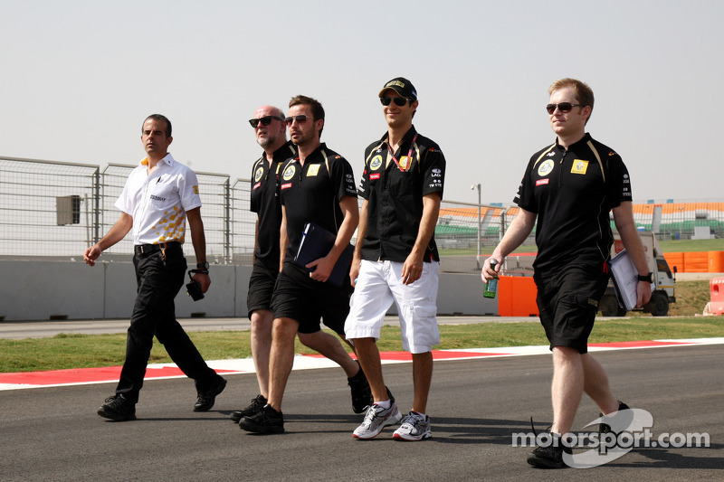 Bruno Senna, Lotus Renault GP walks the track