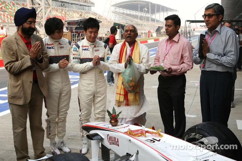 Sergio Perez, Sauber F1 Team and Kamui Kobayashi, Sauber F1 Team, Sauber F1 Team Indian blessing cer
