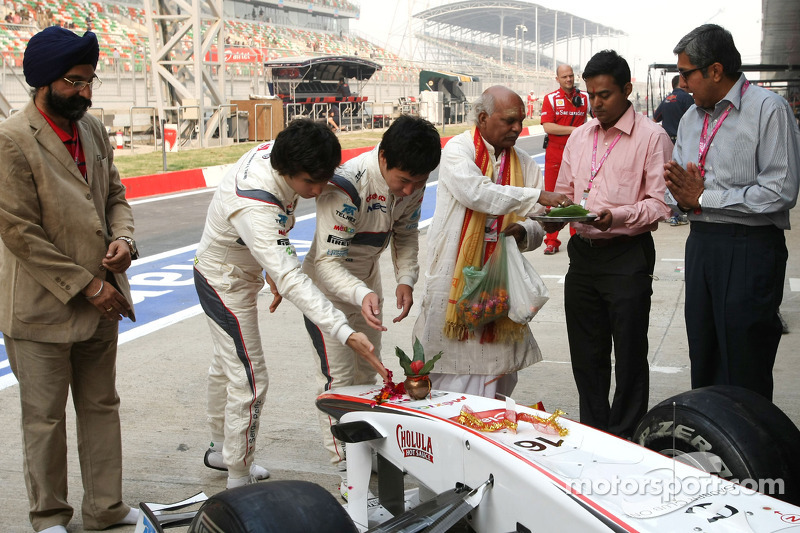 Sergio Perez, Sauber F1 Team and Kamui Kobayashi, Sauber F1 Team, Sauber F1 Team Indian blessing cer