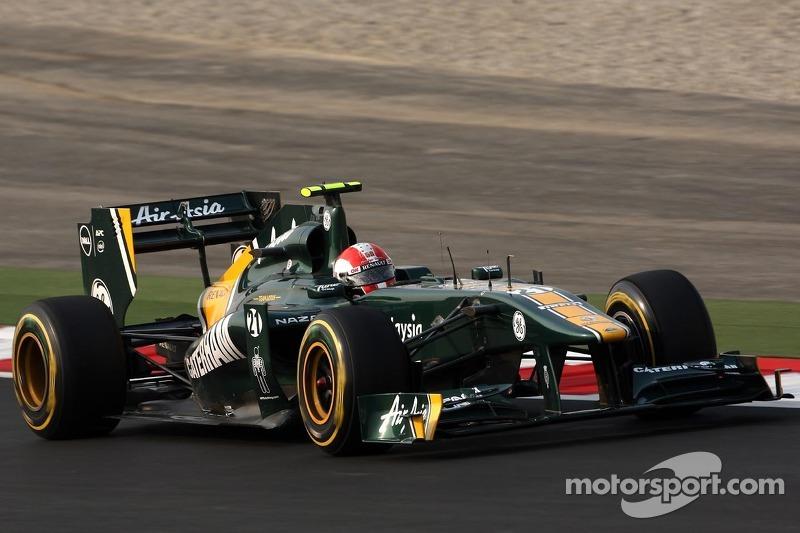 Jarno Trulli, Team Lotus wears a replica of Marco Simoncelli helmet as a tribute
