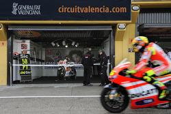 Valentino Rossi passe devant le stand hommage à Marco Simoncelli