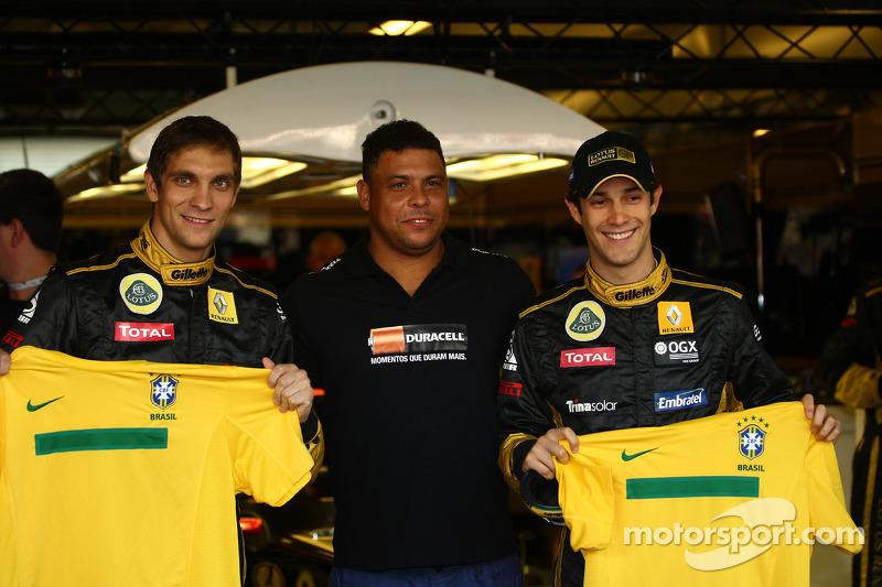 2011 - Antes da prova Ronaldo posou para fotos com Petrov e Bruno Senna com camisas do Brasil