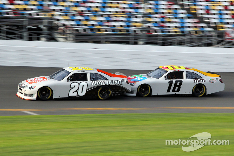 Joey Logano, Joe Gibbs Racing Toyota en Kyle Busch, Joe Gibbs Racing Toyota