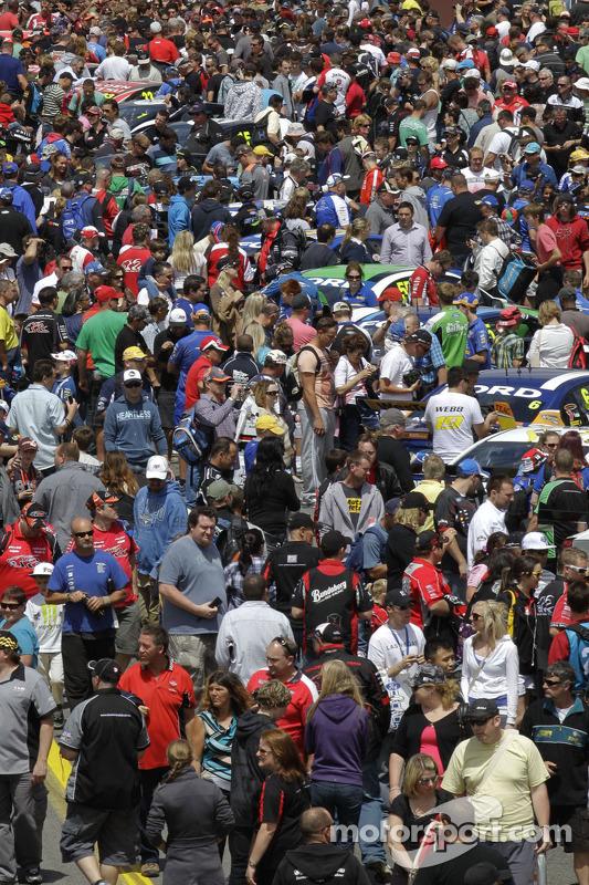 Veel fans rond de wagens
