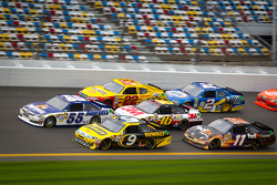 Mark Martin, Michael Waltrip Racing Toyota and Marcos Ambrose, Richard Petty Motorsport Ford lead a group of cars