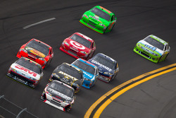 Kurt Busch, Phoenix Racing Chevrolet and Greg Biffle, Roush Fenway Racing Ford lead a group of cars