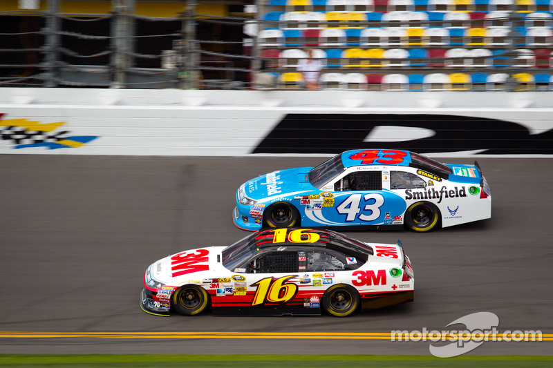 Greg Biffle, Roush Fenway Racing Ford, Aric Almirola, Richard Petty Motorsports Ford