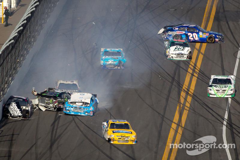 Kurt Busch, Phoenix Racing Chevrolet, Kyle Busch, Kyle Busch Motorsports Toyota en Ricky Stenhouse Jr., Roush Fenway Ford botsing