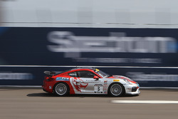 #3 Flying Lizard Motorsports, Porsche Cayman GT4 Clubsport MR: Rodrigo Baptista