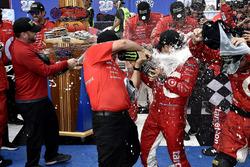 Kyle Larson, Chip Ganassi Racing Chevrolet celebra en Victory Lane