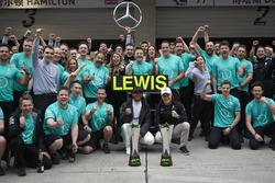Победитель Льюис Хэмилтон и Валттери Боттас, Mercedes AMG F1