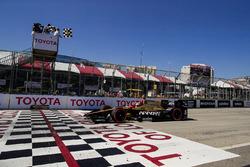 James Hinchcliffe, Schmidt Peterson Motorsports Honda, passe sous le drapeau à damier