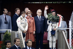 Podium: winnaar Riccardo Patrese, Brabham BT49D-Ford Cosworth, derde (later vijfde) Elio de Angelis, Lotus 91-Ford Cosworth, prinses Grace en prins Rainier
