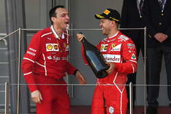 Ganador de la carrera Sebastian Vettel, Ferrari con Riccardo Adami, Ferrari ingeniero de carrera y champagne