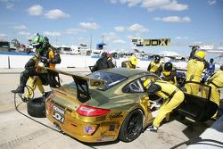 Мишель Вальян, Крис Камминг и Марк Буллитт. Себринг, субботняя гонка.