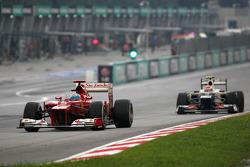 Fernando Alonso, Scuderia Ferrari et Sergio Perez, Sauber F1 Team